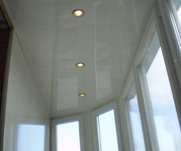 Отделка потолка на балконе.